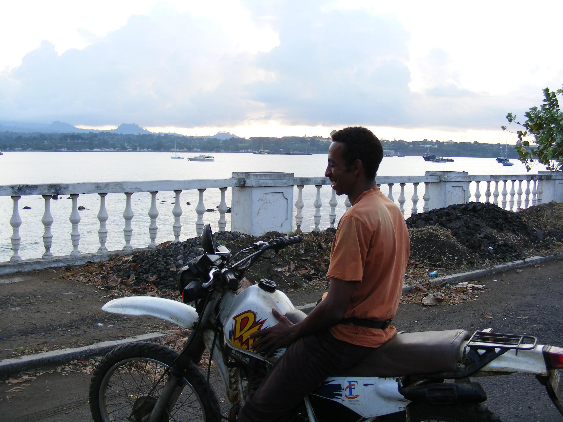 Adriano sur sa moto qui nous emmène partout!!