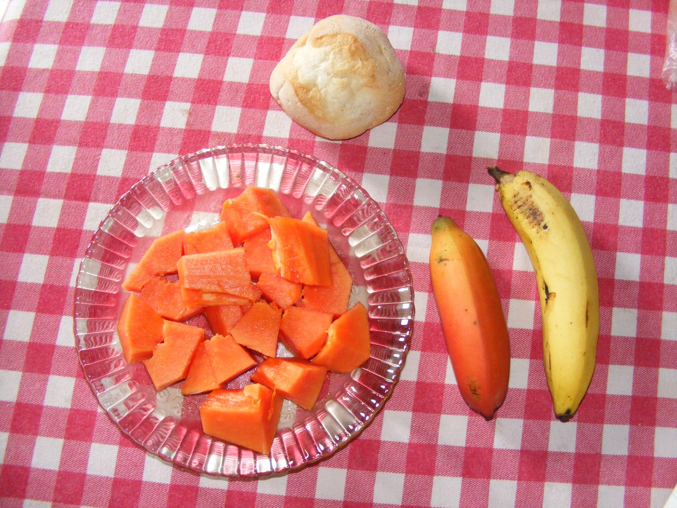 Petit déjeuner fruité: papaye et bananes !!