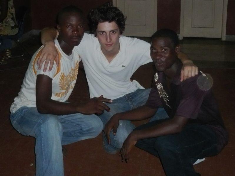 De gauche à droite: Carlos, Mateus (moi), et Berlindo. Les santoméens aiment beaucoup poser pour une photo...