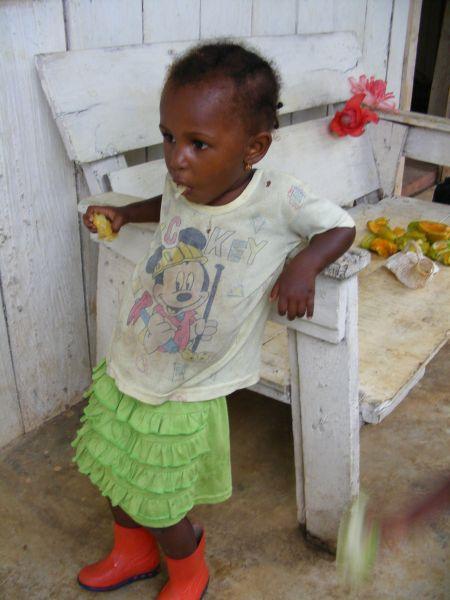 Les santoméens aiment beaucoup poser pour la photo, mais ici c'est naturel! Voici Lou entrain de déguster un fruit...