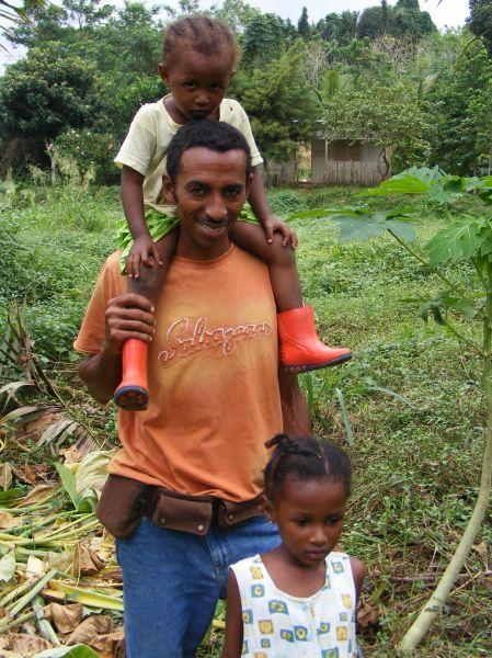 Adriano et ses 2 filles (Lou en haut, et Isa en bas). Et derrière, sa petite maison cachée dans la nature.