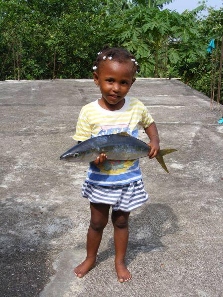 La p'tite Lou et le poisson de la même taille...